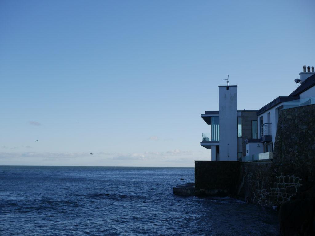 Tahle krásná vila s nerušeným výhledem a přímým přístupem do moře může být vaše už jenom za 10 000 euro měsíčně, plus energie